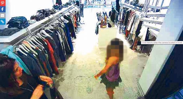 תיעוד מצלמה בחנות בגדים