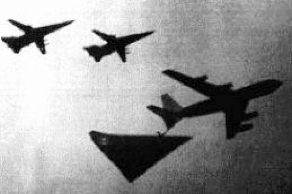 תמונת מטוס משולש החשוד כאורורה, לצד מטוס תדלוק וזוג מפציצי F111