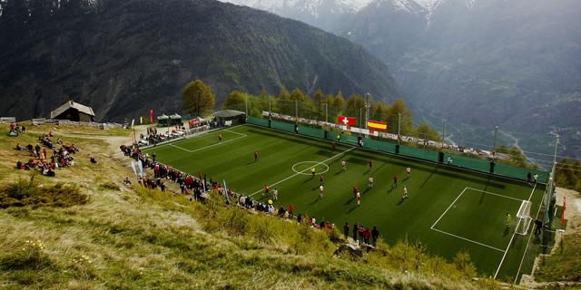 בעט אלון, בעט: מגרשי כדורגל במיקומים יוצאי דופן