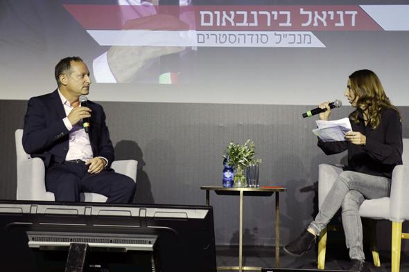 """דניאל בירנבאום בשיחה עם כתבת כלכליסט, דיאנה בחור ניר. בירנבאום: """"בקבוקי פלסטיק לא צריכים להיות קיימים"""", צילום: עמית שעל"""