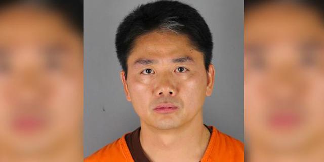 """הרשויות בארה""""ב: מייסד הענקית הסינית JD חשוד בביצוע אונס"""