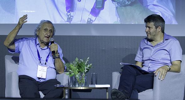 """אמיר זיו וא.ב יהושע בכנס """"כלכליסט"""", צילום: עמית שעל"""
