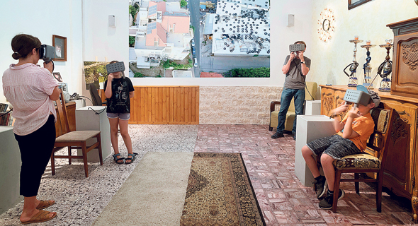 """חלל התערוכה החצוי במוזיאון ישראל ותמונות המוקרנות במשקפי המציאות המדומה (למטה). """"תערוכה שבאה להזמין"""