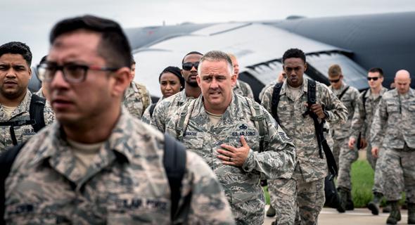 חיילים אמריקאים נערכים לסופה