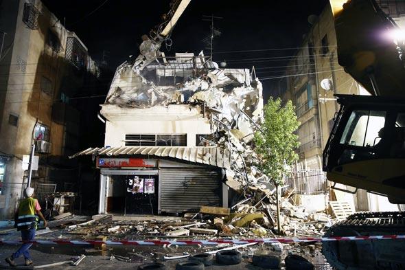 """הריסת הבניין ברחוב יסוד המעלה 27 בת""""א, צילום: יונתן לוי"""