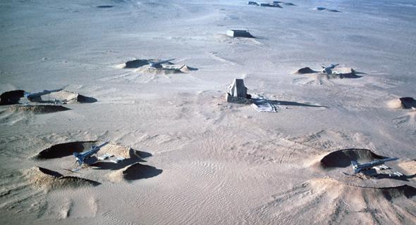 Batterie de missile S75. L'élément au centre est un radar, entouré de tranchées pour les lanceurs de missiles