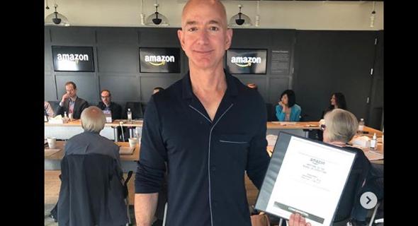 """מנכ""""ל ומייסד אמזון ג'ף בזוס בפיג'מה. תמיד שוטף את הכלים"""