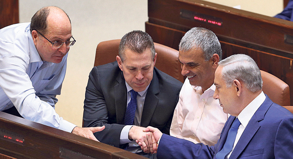 מימין: ראש הממשלה בנימין נתניהו, שר האוצר משה כחלון, השר לביטחון פנים גלעד ארדן ושר הביטחון דאז