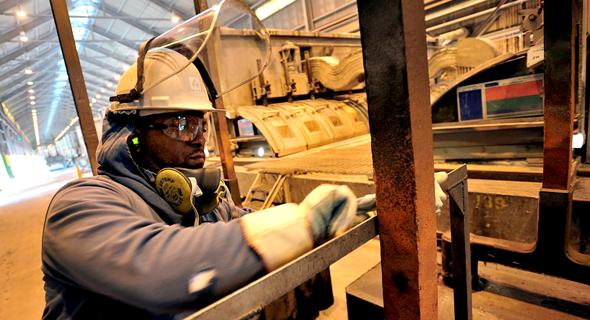 פועל במפעל אלקואה