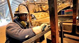 פועל במפעל אלקואה, צילום: בלומברג