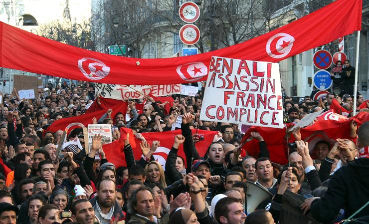 הפגנות להפלת נשיא תוניסיה בן עלי, ב־2010, על רקע מצב כלכלי קשה וטענות לדיכוי פוליטי ושחיתות. הנשיא שהודח היה מקורבו של בסנינו