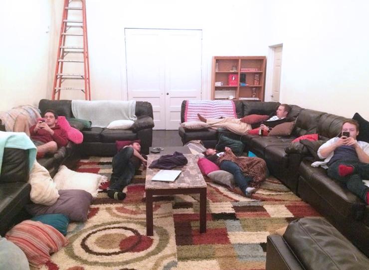 """הסלון המשותף בבית """"נגב פולסום"""", שמוקדש לחובבי ספורט. 75 איש חולקים בניין בן שלוש קומות"""