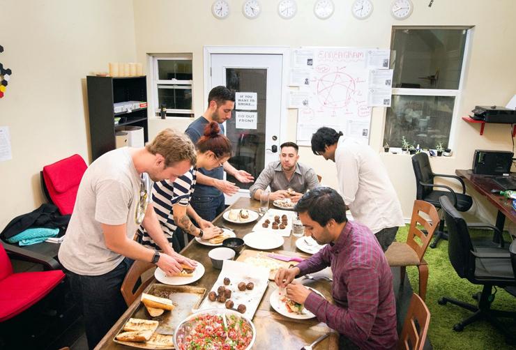 """המטבח המשותף ב""""נגב ברחוב 6"""". ברשת נפוצו סיפורים על מבחני קבלה שמזכירים מבחני אומץ וא""""ש לילה"""