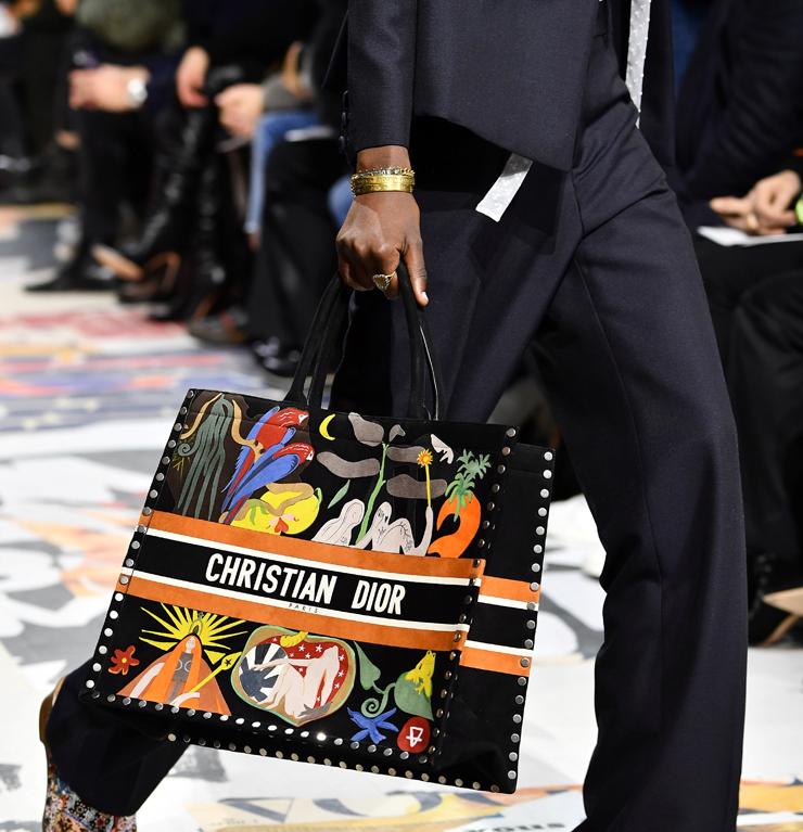 """תיק של דיור בשבוע האופנה בפריז בפברואר. """"מקום לשים עליו לוגו בלי לבזבז יותר מדי כסף"""", צילום: גטי אימג"""