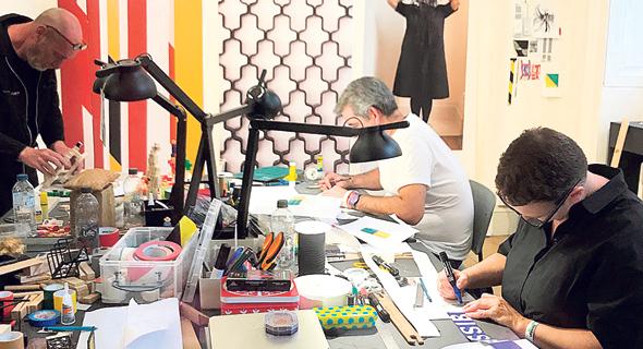 מעצבים במהלך העבודה בביתן הישראלי