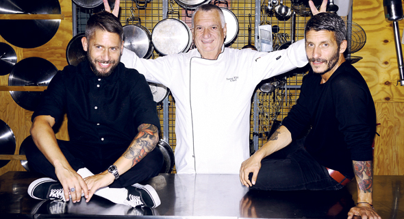 האחים עם השף יוסי אלעד, שבנה את התפריט עבור מסעדת Bar Shuka החדשה, צילום: LOTTERMANN AND FUENTES