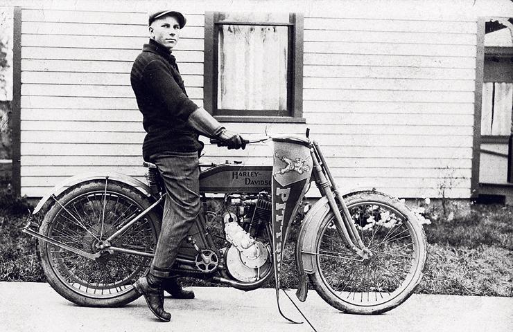 אחד הדגמים הראשונים של הארלי, 1910. התחילו מלחבר מנוע לאופניים