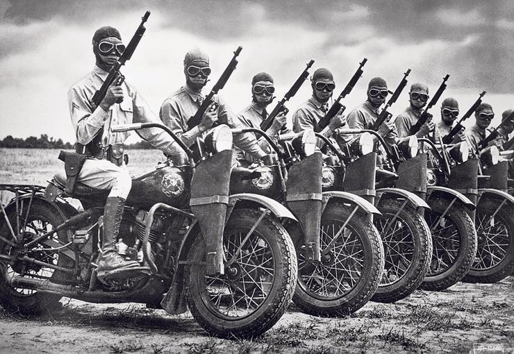 חיילים אמריקאים עם אופנועי החברה במלחמת העולם השנייה. אחר כך חיפשו אותם גם באזרחות