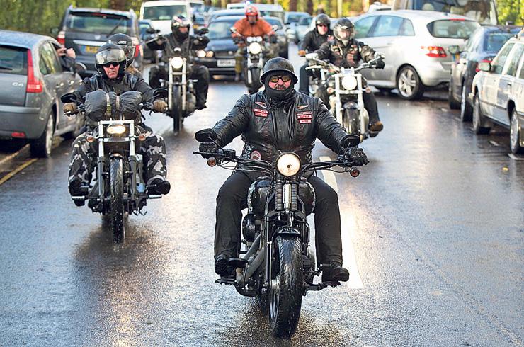 """""""מלאכי הגיהינום"""" מגיעים להלוויה של השודד הבריטי הנודע רוני ביגס. גבולות חוק מטושטשים"""