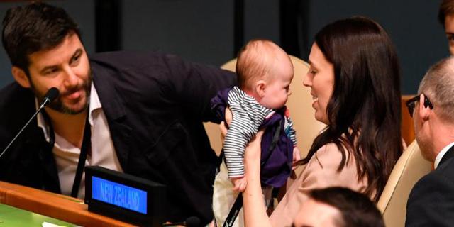 """ראשת ממשלת ניו זילנד עשתה היסטוריה: הגיעה לנאום באו""""ם עם התינוקת"""
