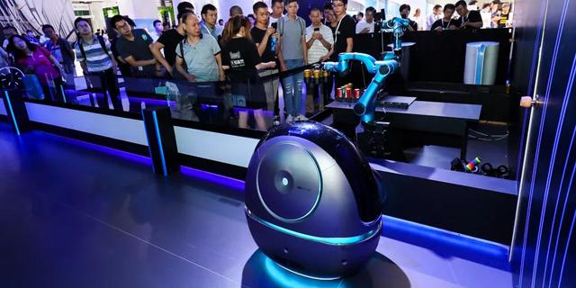 בוט-סרוויס: תוכנות אמזון ורובוטים מתחילים להחליף עובדי מלונות