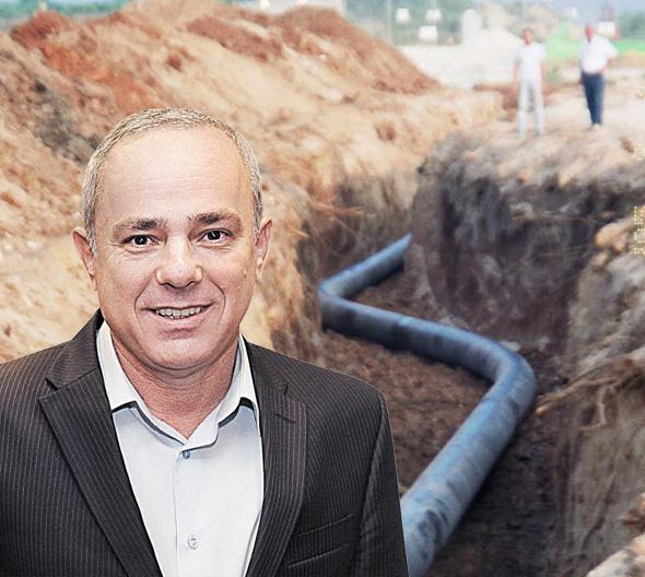 יובל שטייניץ על רקע צינור גז טבעי בין אשדוד לאשקלון, צילום: אוראל כהן, יחצ