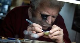 פוטו מקצועות נעלמים מתקן שעונים שען בלגרד סרביה , צילום: Andrej Isakovic / AFP / Getty