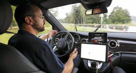 נהג עוזב את ההגה ב ניסוי רכב אוטונומי של מרצדס, צילום: בלומברג