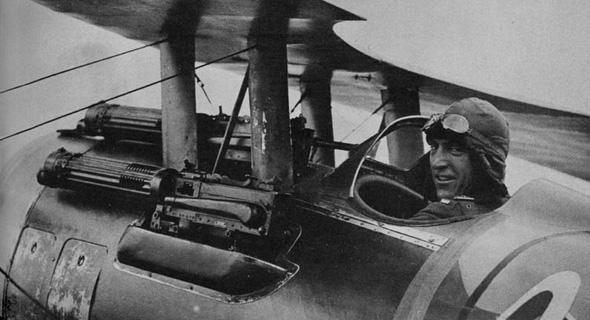 מקלעים ממוקמים מעל למנוע בוכנה של מטוס במלחמת העולם הראשונה