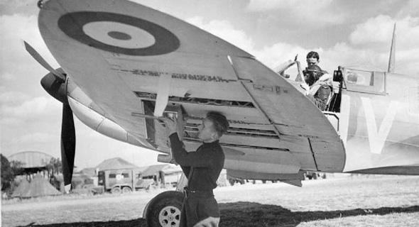 החימוש עבר לכנפיים. מטוס ספיטפייר בריטי מקבל מילוי תחמושת