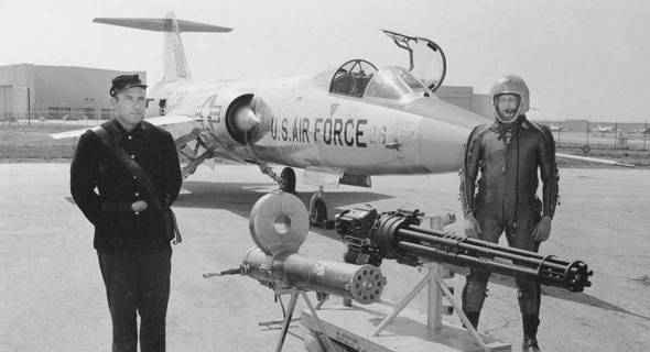 מטוס ה-F104 ולצידו תותח הוולקן והמקלע של ריצרד גאטלינג