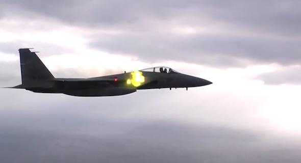מטוס F15 יפני יורה בתותח הוולקן שמותקן בשורש הכנף שלו
