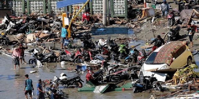 חשש שאלפים נהרגו בצונאמי באינדונזיה: תיעוד הגעת הגל הענק