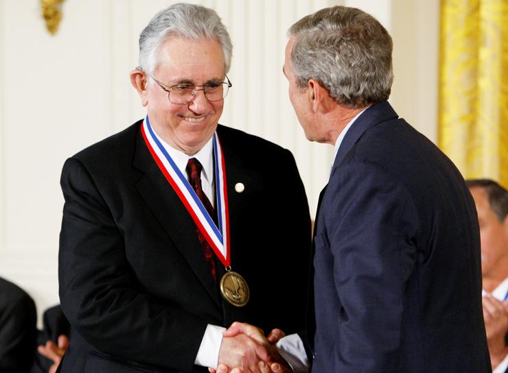 """אדם הלר מקבל את המדליה הלאומית מהנשיא ג'ורג' בוש, 2008. """"זה הכי רחוק שאפשר להגיע. מעמד עצום, עצום"""""""