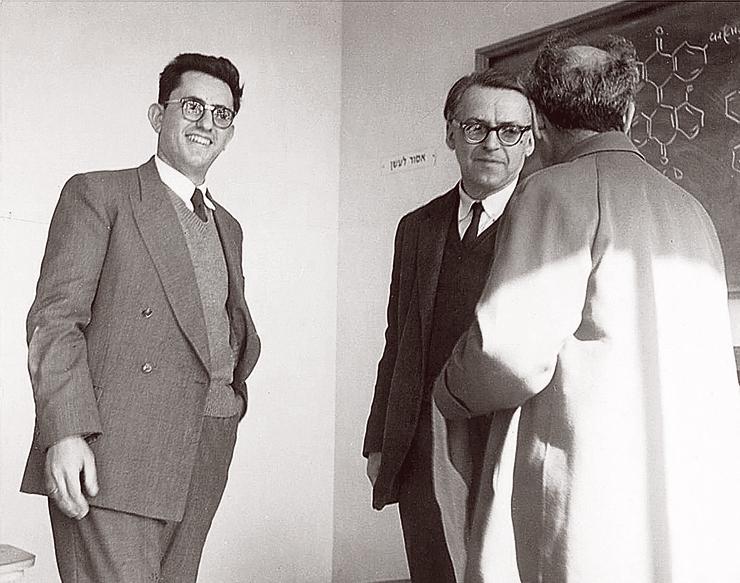 """אדם הלר (משמאל) עם פרופ' ברגמן, חתן פרס ישראל ואבי תוכנית הגרעין הישראלית, 1961. """"הייתי השוליה שלו"""""""