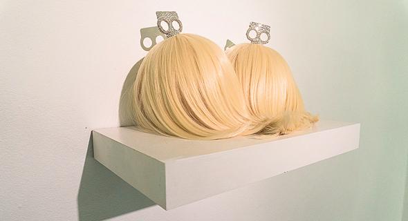 """פונפונים עשויים שיער וסברובסקי, המוצגים בתערוכה. """"פטישיזציה של הגוף"""""""