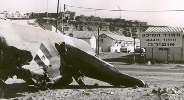זנב מיג 17 מוטל בכניסה לאופירה, צילום: wikipedia