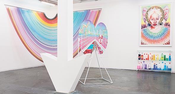 מיצב מצינורות שקופים, צבעים וחומרי ניקוי בתערוכת הגמר של גרינברג בשנקר