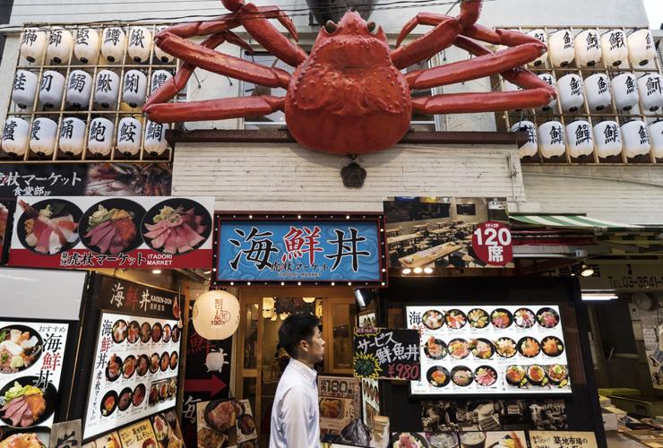 בשוק ובסביבתו נפתחו עשרות מסעדות, בהן מסעדות הסושי מן הטובות בטוקיו