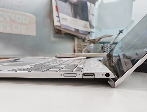 גוף המחשב בפרופיל. שימו לב לשקע המחופה ולשלדה שמתרוממת מעל לשולחן