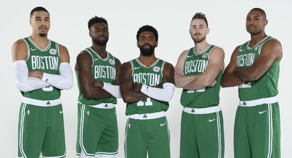 בוסטון סלטיקס NBA. קיירי אירווינג במרכז