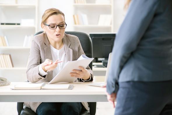 אם הבוסית לא אוהבת אתכם, אל תקטרו לחברים במשרד על כך, זה רק יחמיר את המצב