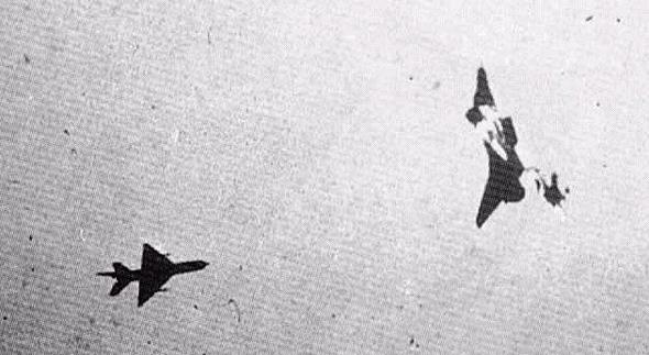 מימין: מטוס נשר ישראלי, בקרב הדוק עם מיג 21