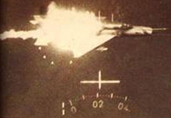 Le MiG-21 est détruit, à la vue d'un avion israélien