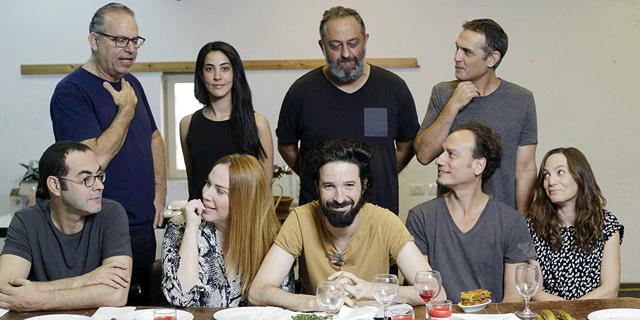 זרים ומושלמים לתיאטרון: הסרט שהפך להצגה