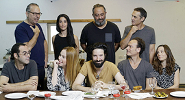 ארז דריגס במרכז ושחקני ההצגה זרים מושלמים פנאי, צילום: עמית שעל