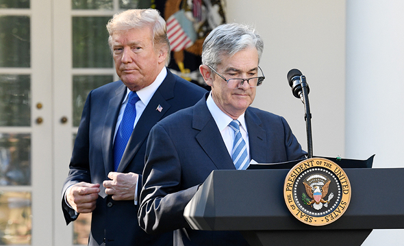 """נגיד הבנק המרכזי, ג'רום פאוול, ונשיא ארה""""ב, דונלד טראמפ"""