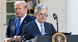 """מימין: נגיד הפד ג'רום פאוול ונשיא ארה""""ב דונלד טראמפ, צילום: בלומברג"""