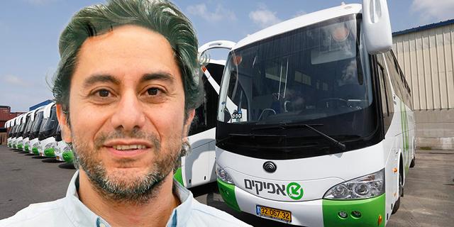 """דרור גנון, מ""""מ ראש הרשות הארצית לתחבורה ציבורית במשרד התחבורה, על רקע אוטובוסים של חברת אפיקים, צילום: אוראל כהן, יח""""צ"""