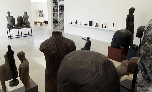 """גלריה גורדון ובה עבודות של עופר ללוש. """"אמנות זקוקה למקום"""", צילום: עמית שעל"""